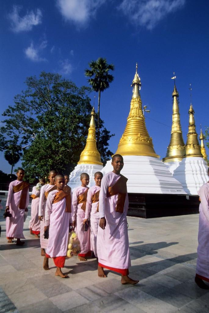 MYANMAR(BURMA), RANGOON, SHWEDAGON PAGODA, BUDDHIST NUNS