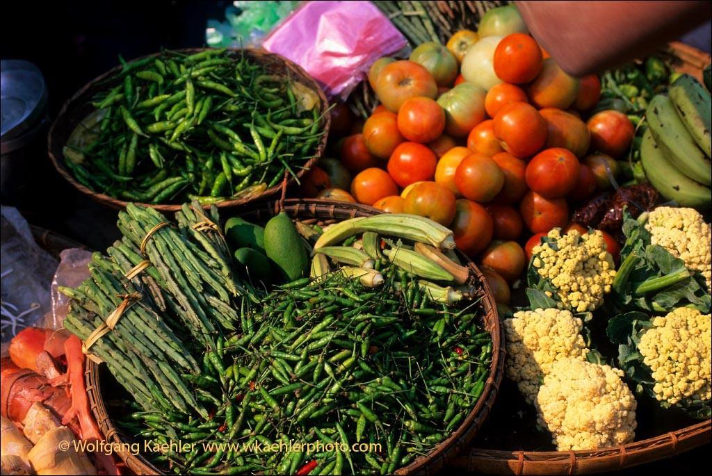 MYANMAR(BURMA), PAGAN, MARKET SCENE, CHILE PEPPERS, TOMATOS, CAULIFLOWER, OKRA AND CACTUS