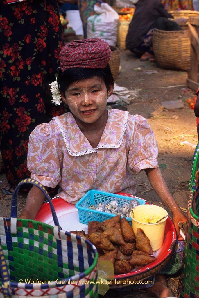 MYANMAR(BURMA), PAGAN, MARKET SCENE, BURMESE WOMAN SELLING FOOD