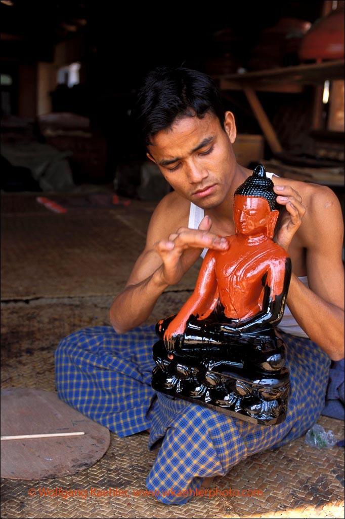 MYANMAR(BURMA), PAGAN, VILLAGE SCENE, LACQUERWARE FACTORY, BUDDHA STATUE