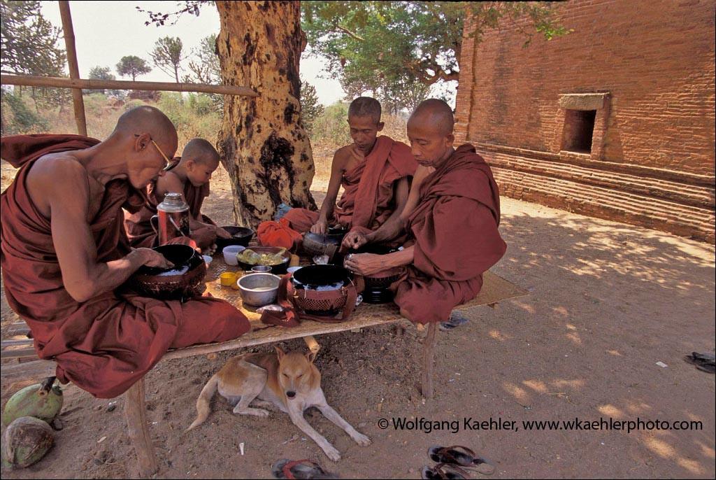 MYANMAR(BURMA), PAGAN, SHWESANDAW PAYA PAGODA, MONKS HAVING LUNCH, COURTYARD OF PAGODA